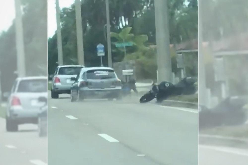 VÍDEO: Desde un auto voltea a un motociclista apropósito